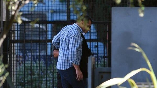Con anteojos, saco negro y acompañado por un custodio, Lagomarsino arribó a Comodoro Py pasadas las 9 (Télam)