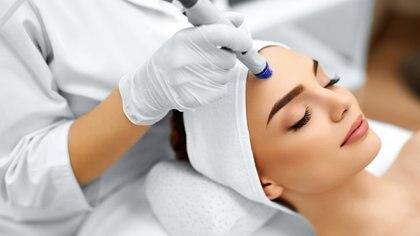 La medicina estética ofrece la posibilidad de realizarse tratamientos no invasivos en pocas sesiones (Getty)