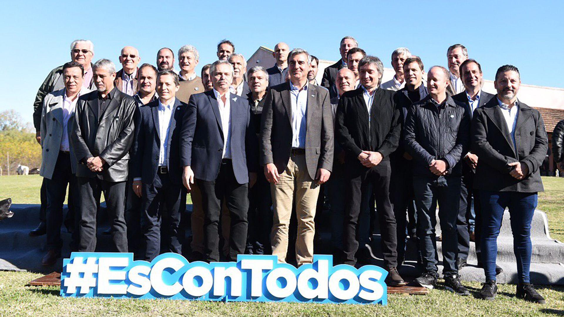 Alberto Fernández junto a Máximo Kirchner y un grupo de intendentes en San Antonio de Areco.