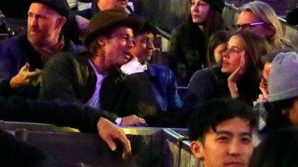 Brad Pitt y Nicole Poturalski durante una cita en Los Ángeles en el mes de noviembre (The Grosby Group)
