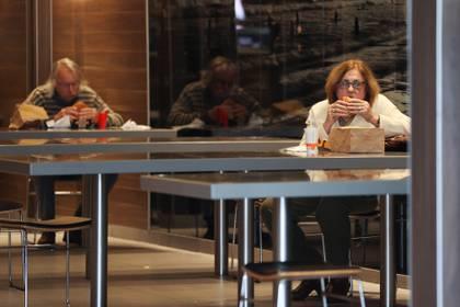 Las autoridades admiten que en Sídney haya un máximo de diez clientes por restaurante o bar (REUTERS/Loren Elliott)