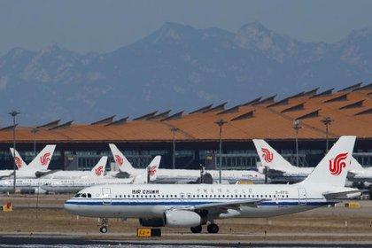 Los aviones de Air China se ven en el asfalto del Aeropuerto International de Pekín, mientras el país se ve afectado por un brote del nuevo coronavirus, en Pekín, China.