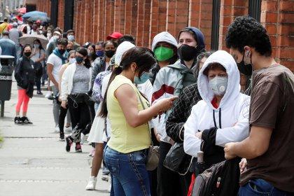 Compradores hacen fila para ingresar a un almacén de Bogotá el viernes 19 de junio de 2020, en el marco del día del primer día sin IVA en Colombia. EFE/ Carlos Ortega