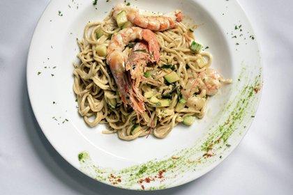 Spaghetti Affumicati alla Portofino, pasta casera de masa ahumada con langostinos, zucchinis y crema, una de las especialidades de la casa