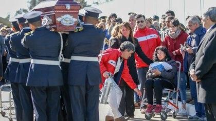 Adriana Jofre, mamá de Lourdes, tras recibir la bandera nacional