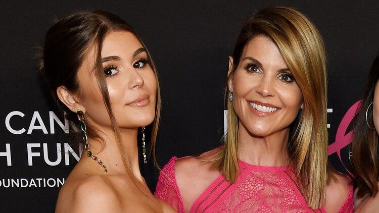 Lori Loughlin con una de sus hijas (AP)