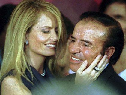 Carlos Menem junto a Cecilia Bolocco, presentadora de televisión, actriz y modelo chilena, con quien estuvo casado entre 2001 y 2007