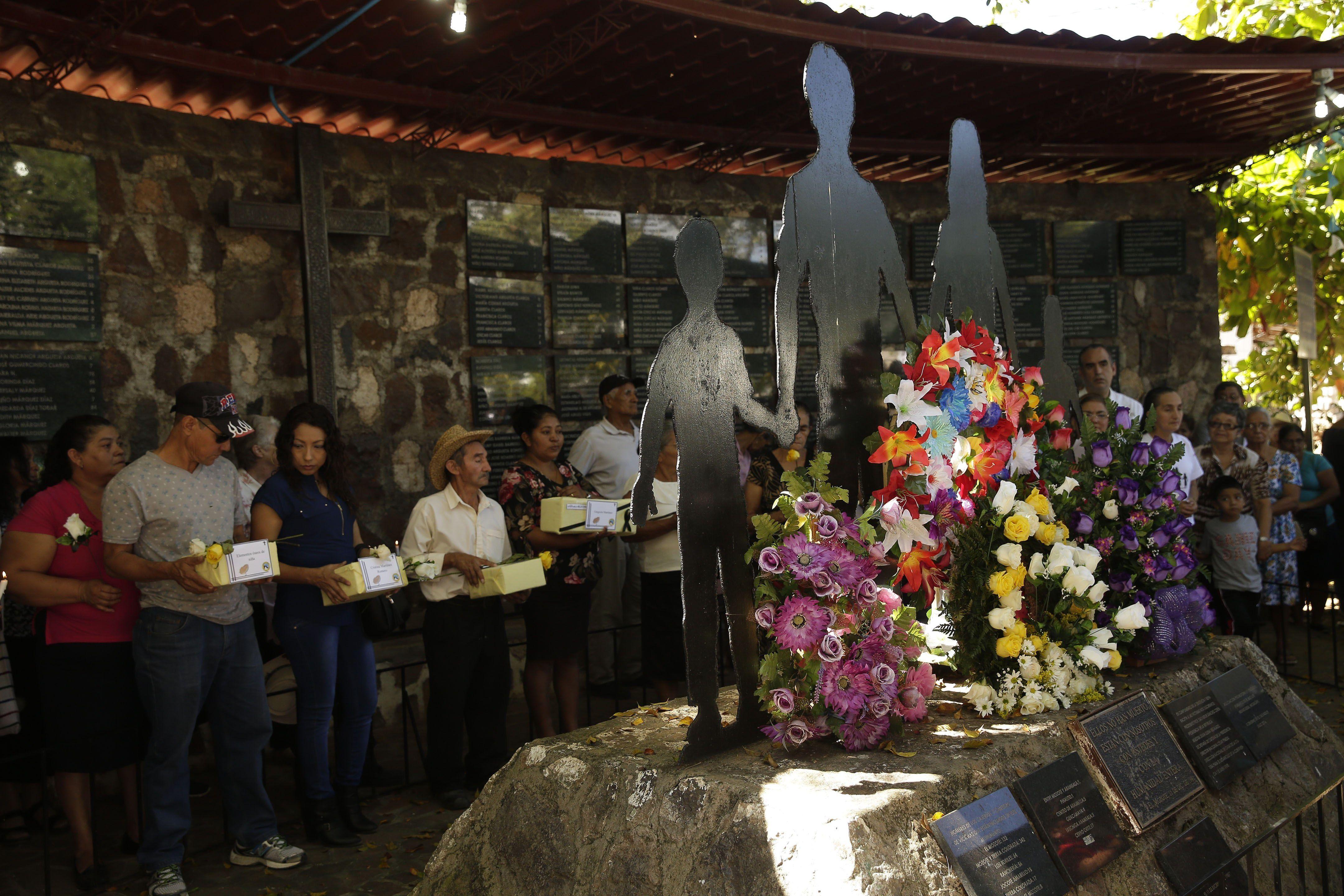 En la imagen el registro de una plegaria en Meanguera (El Salvador), ante el monumento dedicado a las víctimas de la masacre de un millar de campesinos en El Mozote en 1981. EFE/Rodrigo Sura/Archivo