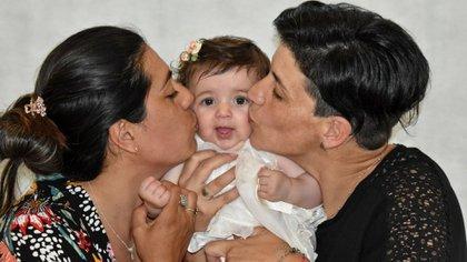 Soledad es la mamá de Isabella. Roxana, a la derecha, fue quien la gestó y ahora es su madrina (Gentileza Rocío Peña/Fotografía).