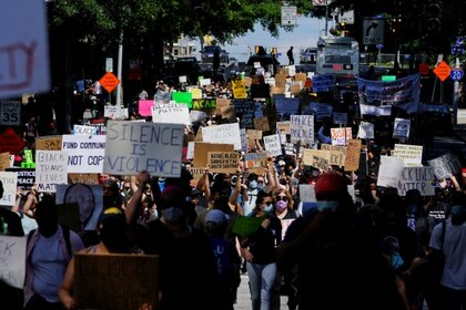 Manifestantes protestan por la muerte de Rayshard Brooks, en Atlanta. REUTERS/Elijah Nouvelage/File Photo