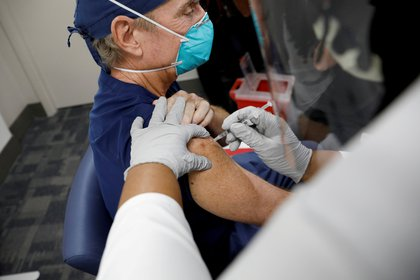 La campala está centrada el personal médico de primera línea, en los residentes en centros geriátricos y los que los cuidan y en los mayores de 65 años (REUTERS/Marco Bello/File Photo)