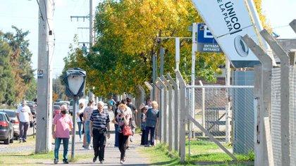 Varios jubilados fueron hasta el Estadio Ciudad de La Plata pero tuvieron que regresar a sus domicilios sin recibir la vacuna,