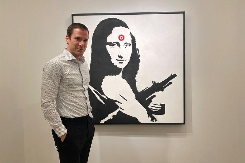 Foto de archivo de Scott Lynn, CEO y fundador de Masterworks, posando junto a una obra de Banksy en Nueva York.  Feb 11, 2020. REUTERS/Aleksandra Michalska    PROHIBIDA SU REVENTA O SU USO COMO ARCHIVO
