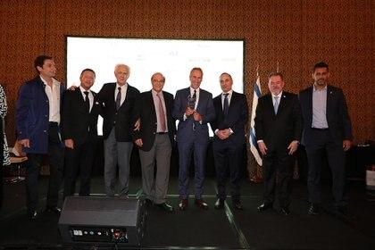 El empresario Marcelo Mindlin (Pampa Energía) con su premio