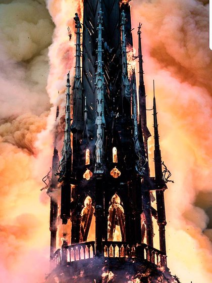 El incendio provocó el derrumbe del techo y de la aguja de la torre principal