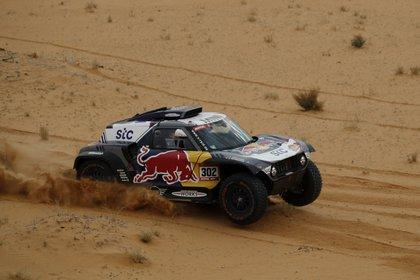 Stephane Peterhansel lidera en la clasificación general y busca su decimocuarto triunfo en el Rally Dakar (REUTERS/Hamad I Mohammed).