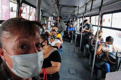 El personal de la PBI se acercó a él para esposarlo y retirarlo del vagón (Foto: Daniel Augusto/Cuartoscuro)