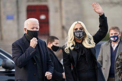 Joe Biden junto a Lady Gaga en Pittsburgh (REUTERS/Kevin Lamarque)