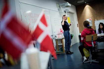 Una maestra habla durante una clase en la escuela Tved en Svendborg, en la isla de Funen, Dinamarca, el 8 de febrero de 2021. Ritzau Scanpix / Tim Kildeborg Jensen vía REUTERS