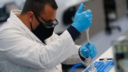 Imagen de un técnico de laboratorio de la empresa de biotecnológica argentina mAbxience trabajando en Buenos Aires. Agosto 13, 2020. REUTERS/Agustin Marcarian
