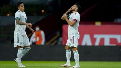 Henry Martin festeja el primer gol de México ante Guatemala junto a Carlos Salcedo (Foto: Twitter @miseleccionmx)