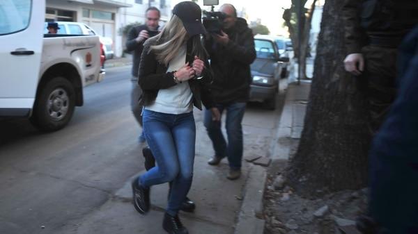 Nahir, al llegar esposada a tribunales (Fotos Ricardo Santellán)