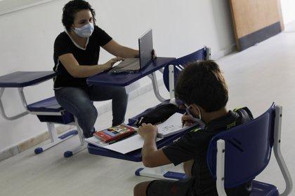 Un estudiante de la Nova Escola asiste a una clase en una escuela privada de Río de Janeiro (REUTERS/Ricardo Moraes)