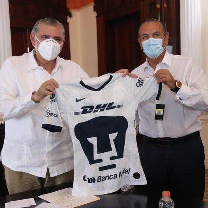 Leopoldo Silva Gutiérrez, presidente de los felinos, y Ramón Neme Sastré, presidente de Soccer Pumas de Tabasco firmaron el convenio (Foto: Twitter/ @adan_augusto)