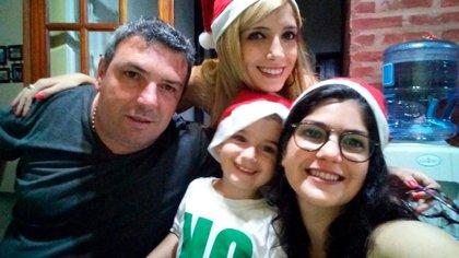 Hernán con sus tres hijos en la última Navidad