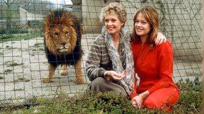 Tippi y Melanie Griffith en 1982 con uno de los felinos. En una reserva natural de California la actriz se encarga de cuidar no solo a los animales usados en su película y sus descendientes, también a los criados en cautiverio por dueños excéntricos (Shutterstock)