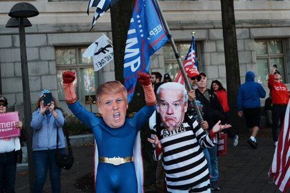 Una semana después de que las proyecciones de los medios le dieran al demócrata Joe Biden el ganador en las elecciones estadounidenses, miles de simpatizantes del actual presidente Donald Trump salieron a las calles de Washington DC el sábado para denunciar, sin pruebas.  , sospecha de fraude electoral