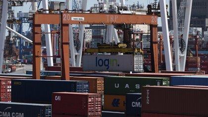 Desde hoy todas las exportaciones pagarán un cargo adicional sobre valor FOB de 12%, aunque con un tope de $4 por dólar para productos primarios y $3 para los elaborados (Adrián Escandar)