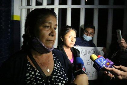 Familiares y amigos del empresario gasero Román Martínez y de su hijo Luis Fernando Ogazon esperan fuera de la comandancia de la policía (Foto: Cuartoscuro)