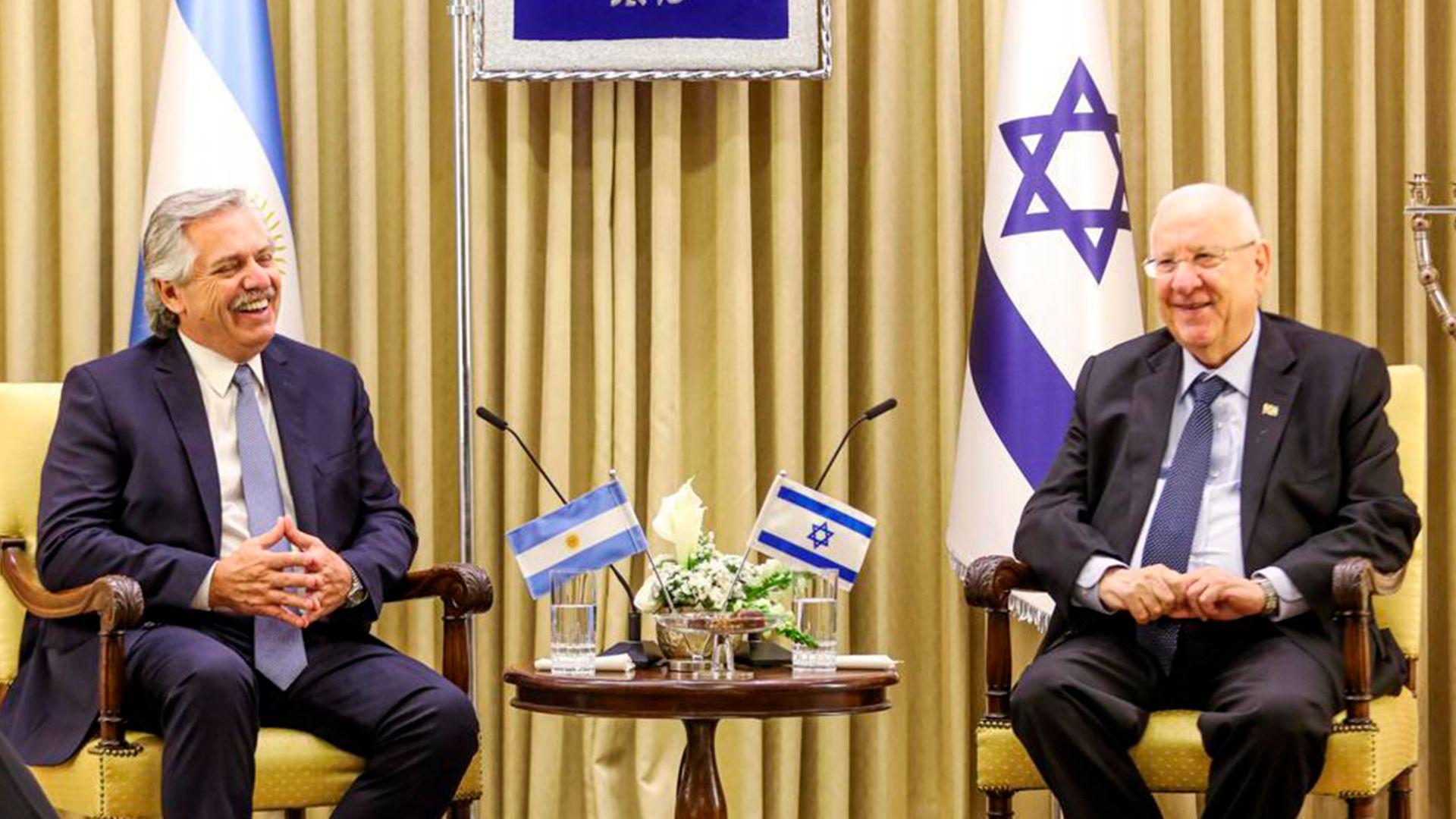 Alberto Fernández sonríe junto a Reuven Reuvlin, presidente de Israel
