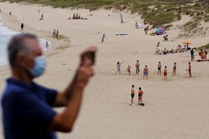 Veraneantes en la playa de San Xurxo, en Ferrol, Galicia, España. 18 de agosto de 2020. REUTERS/Nacho Doce/File Photo