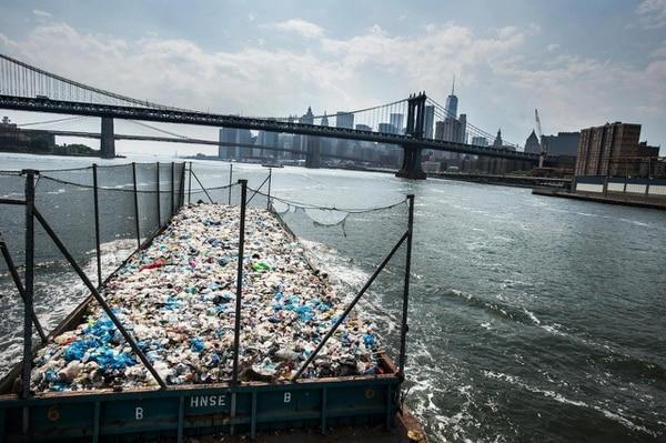 Nueva York: plástico camino a una plantade reciclajeen Brooklyn (Kadir van Lohuizen/Noor/The Washington Post)