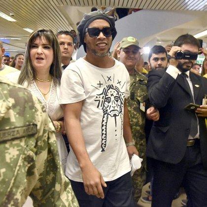 Dalia López junto a Ronaldinho en su llegada a Asunción para participar de los eventos de la fundación Fraternidad Angelical.