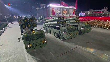 Desfile militar en Corea del Norte. (Photo by - / KCNA VIA KNS / AFP) /