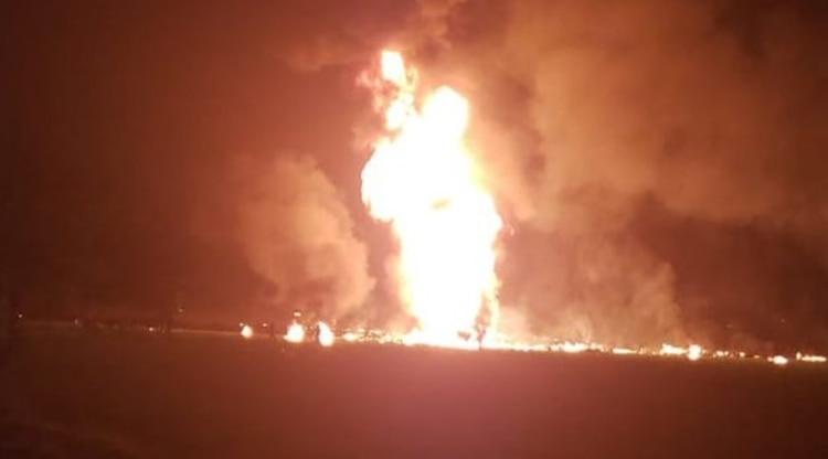 La columna de fuego que quemó a las personas que llenaban sus bidones y cubetas de la toma clandestina (Captura de pantalla)