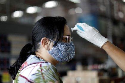 Empleados de supermercados controlan la temperatura de personas que ingresan durante el brote de coronavirus en Brasil (foto REUTERS/Ueslei Marcelino)