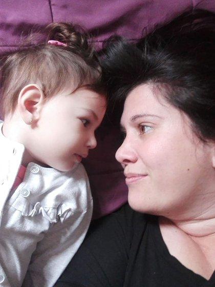 """Matilda y María Eugenia. """"Si bien las crisis siguen estando, está mucho más conectada, tranquila y ya no llora"""", cuenta su papá."""