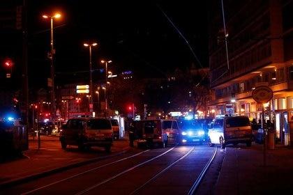La policía bloquea una calle cerca de la plaza Schwedenplatz tras un tiroteo en Viena, Austria, Noviembre 2, 2020. REUTERS/Leonhard Foeger