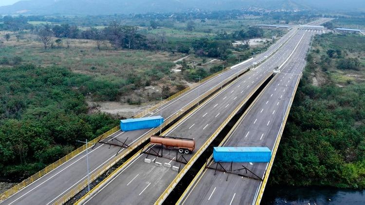 Vista aérea del Puente Tienditas, en la frontera entre Cúcuta, Colombia y Táchira, Venezuela, después de que las fuerzas militares venezolanas lo bloquearon con contenedores el 6 de febrero de 2019 ( AFP)