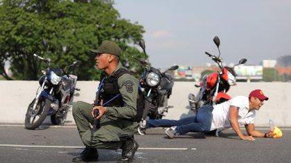 Poco después del anuncio de Guaidó comenzaron los primeros enfrentamientos entre militares leales a la Constitución y al presidente interino y militares que defienden al régimende Maduro