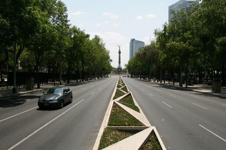 La avenida Reforma, una de las más representativas y transitadas de la ciudad de México, lució vacía el 3 de mayo de 2009, ante la alerta epidemiológica emitida por autoridades de salud para contener la epidemia de influenza AH1N1 que afectó al país FOTO: ISAAC ESQUIVEL/CUARTOSCURO