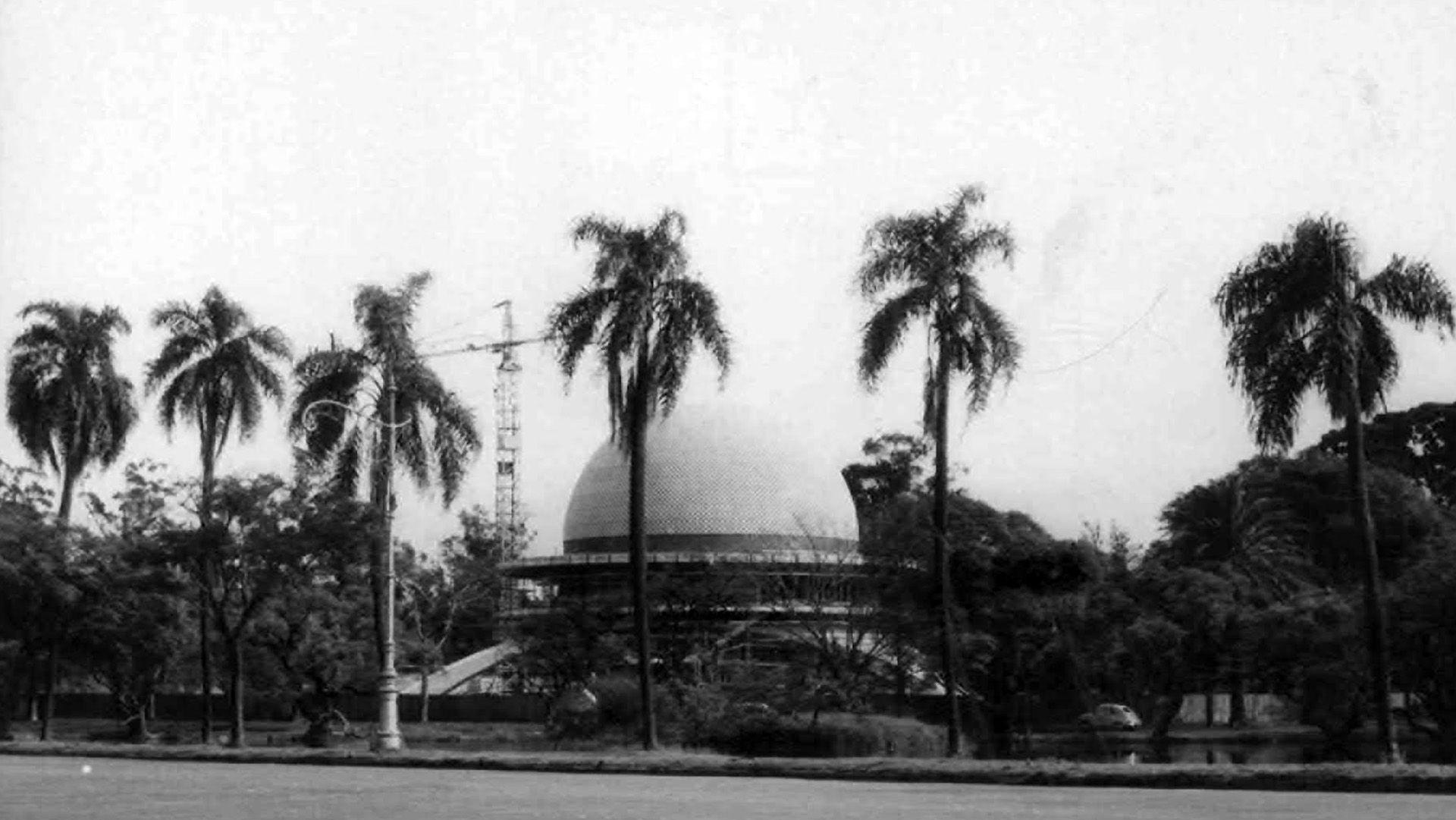 El Planetario de Buenos Aires es obra del arquitecto Enrique Jan que pensó su diseño en términos de figuras geométricas