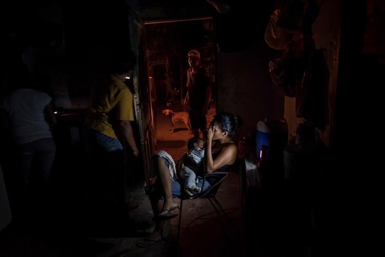 Jenifer Del Valle Vejar Martínez con su bebé de dos meses, durante un apagón (Meridith Kohut/The New York Times)