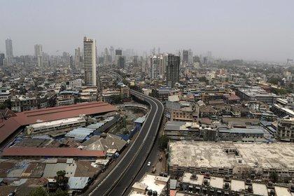 Se ve una calle desierta durante el cierre del fin de semana en Mumbai, India, el sábado 10 de abril de 2021 (AP Photo / Rajanish Kakade)