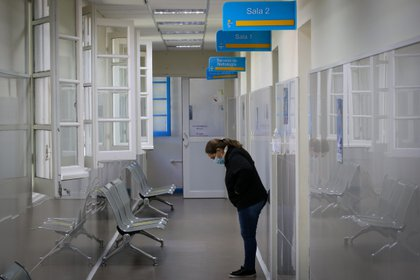 Una mujer espera en un pasillo del área de Cuidados Intermedios del Hospital Público de Rivera, el 30 de marzo de 2021 en Rivera, Uruguay (EFE/ Raúl Martínez/ archivo)