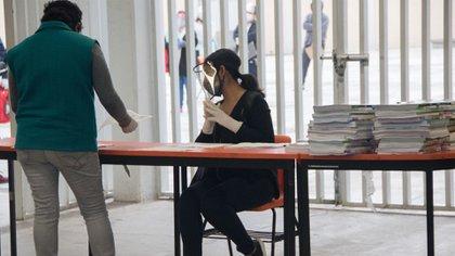 Los profesores que entregaron el material contaban con cubrebocas, careta protectora y guantes  (Foto: Cuartoscuro)